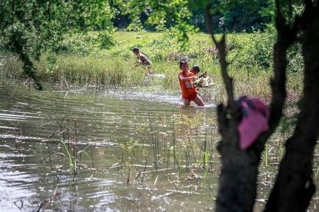 Niños filipinos recogiendo basura (Campaña de Protección Ambiental) cerca de Monte Pinatubo el 27 de ago de 2017 en Santa Juliana, Capas, Luzón Central, Filipinas Editorial