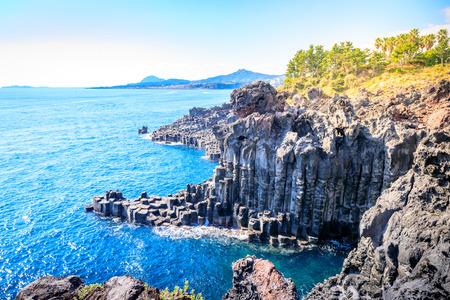 De basalt zuilvormige verbindingen van Daepo Jusangjeolli en klippen op Jeju-Eiland, Zuid-Korea Stockfoto