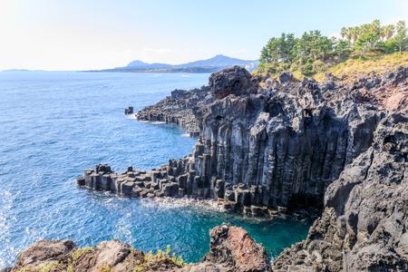 大浦 Jusangjeolli 玄武岩の柱状節理と崖の済州島、韓国