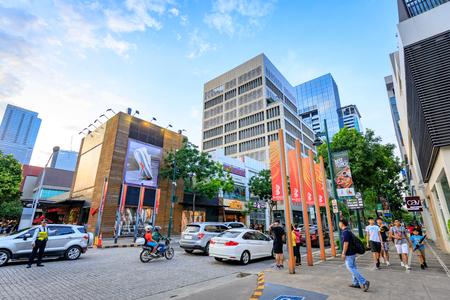 Paysage urbain de Bonifacio High Street qui est la célèbre rue commerçante le 1er septembre 2017 à Taguig, Metro Manila, Philippines Banque d'images - 87503906