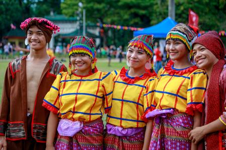 Manille, Philippines - 4 février 2018: étudiant danseur portant le costume traditionnel des Philippines au parc Rizal dans la ville de Manille. Éditoriale