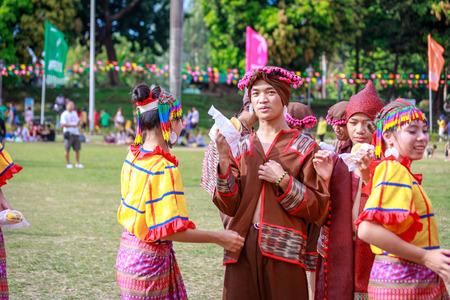 Manille, Philippines - 4 février 2018: étudiant danseur portant le costume traditionnel des Philippines au parc Rizal dans la ville de Manille.
