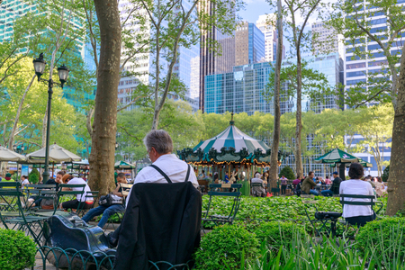 New York, United States - May 12, 2018 : People enjoying a spring day in Bryant Park in New York City, NY. Bryant Park is a 9,603 acre privately managed park in the center of Manhattan 新聞圖片