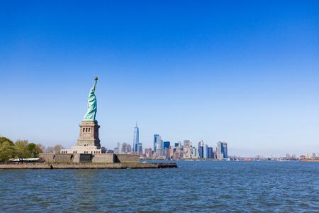 La Statue de la Liberté à New York contre le ciel bleu