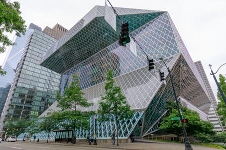 Seattle, Washington - 1 juillet 2018: Vue extérieure de la bibliothèque centrale de Seattle, un bâtiment de verre historique conçu par les architectes Rem Koolhaas et Joshua Prince-Ramus, situé au centre-ville de Seattle.