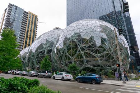 Seattle, Washington - 30 de junio de 2018: Vista de Amazon the Spheres en su sede de Seattle y torre de oficinas en Seattle WA Estados Unidos