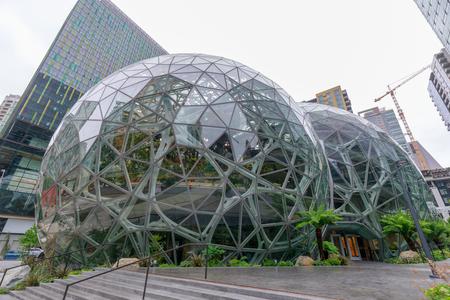 Seattle, Washington - 30 giugno 2018: Vista di Amazon the Spheres presso la sua sede di Seattle e torre di uffici a Seattle WA USA Editoriali