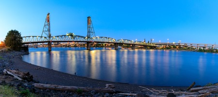 Sunset Over Portland Oregon City Skyline Along Willamette River Waterfront Panorama Imagens - 115690717