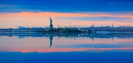 Statue of Liberty at sunset, Beautiful cityscape Imagens - 115690809
