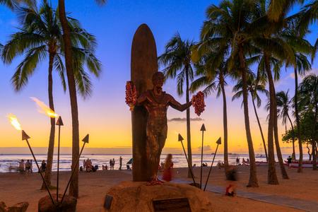 Honolulu, Hawaii - Dec 23, 2018 : Duke Kahanamoku iconic statue at sunset in Waikiki beach Banque d'images - 116312634