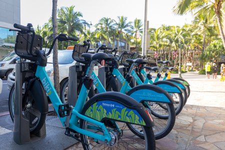 Honolulu, Hawaii - Dec 23, 2018 : View of blue Biki rental share bikes lined up on the street in Waikiki, Oahu Banco de Imagens - 119935601