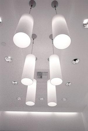 lighting fixtures: Faroles colgantes tiro en blanco y negro. Foto de archivo