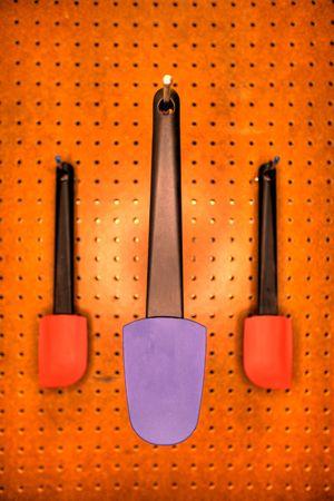 Profesionales de utensilios de cocina en un restaurante de cocina, colgantes o un muro de pegboard. Foto de archivo - 6702797