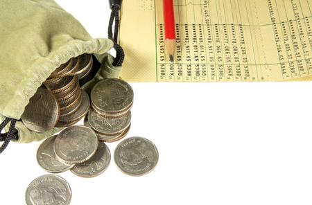 cuenta bancaria: Moneda de Tailandia en bolsa de tela y cuentas bancarias aisladas sobre fondo blanco