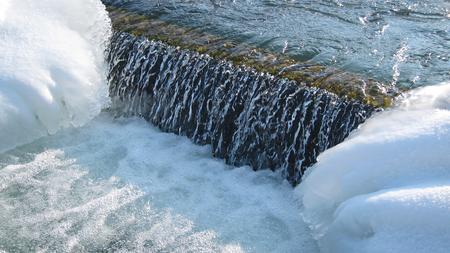 Fluss mit Eiszapfen