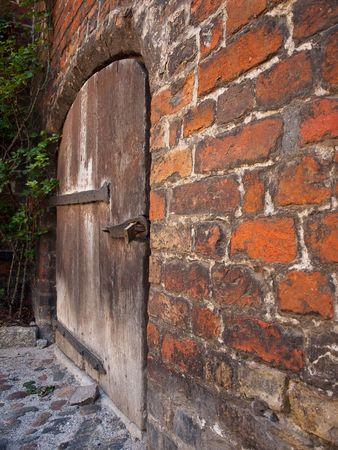 guarniciones: antigua puerta de madera con herrajes de hierro