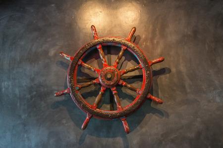 timon barco: timón de barco viejo en la pared