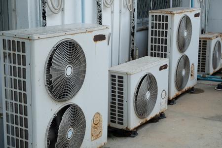 vecchio compressore d'aria fuori ufficio
