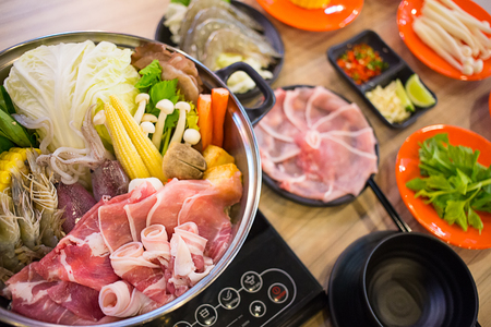 shabu-shabu food on wood background Standard-Bild