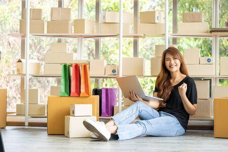 Joven asiática propietario de una PYME éxito para su negocio