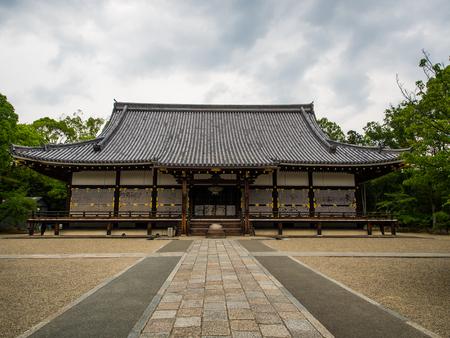 木製の日本の寺院のスタイル。その装飾は、仏教寺院の種を示しています。ときに、自然とその組み合わせ曇り、木は、そんなに強力な感じと中強