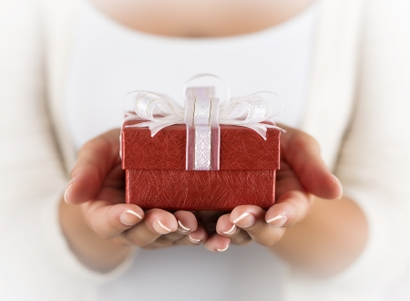 Hands holding beautiful gift box, female giving gift, Christmas holidays and greeting season concept, shallow dof Banque d'images