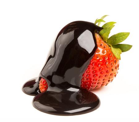 イチゴと白い背景の上のチョコレート