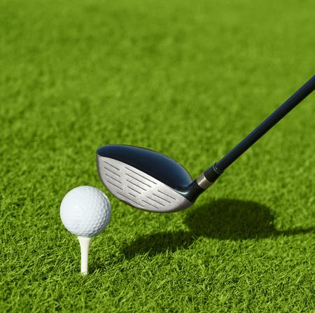 ゴルフ クラブと草の中のボール