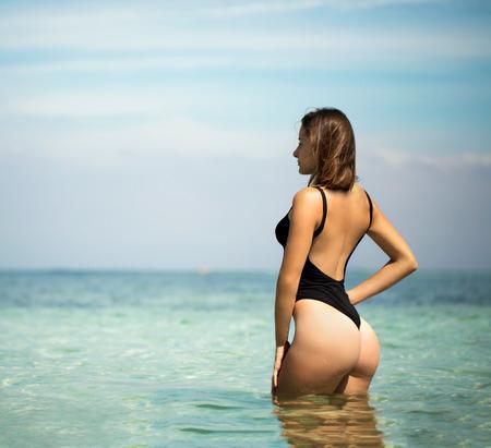 skirts: Mujeres hermosas jóvenes en la soleada playa tropical en bikini