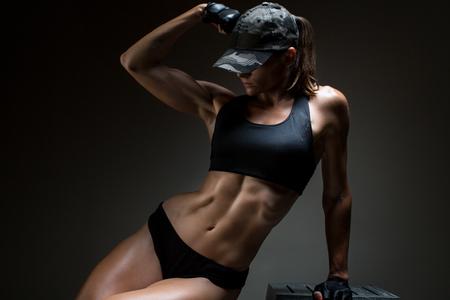 手の手袋を身に着けている筋肉の若い女性の運動選手の魔道士 写真素材