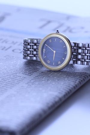 新聞紙の上の腕時計