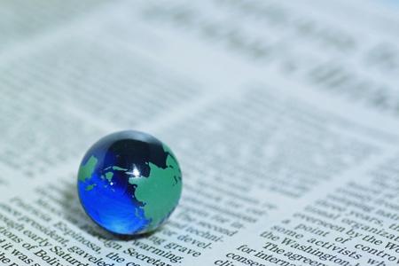 新聞紙の上のガラス グローブ