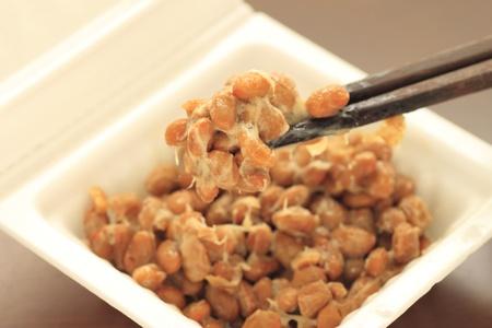 ein Beh�lter mit Natto (fermentierte Sojabohnen)