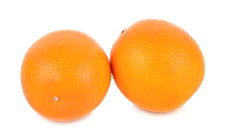naranjas fruta: Frutas de color naranja sobre fondo blanco