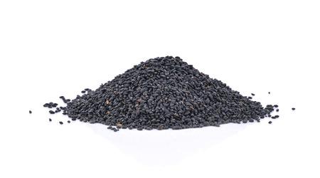 ajonjoli: Pila de semillas de sésamo negro aislado en fondo blanco
