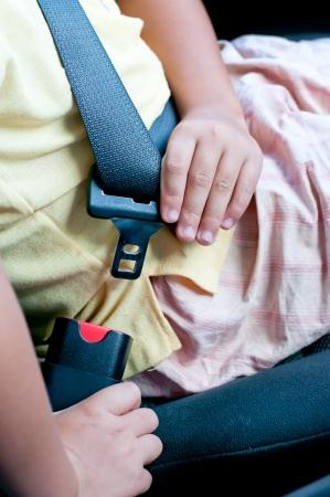 3642; De jongen zit op de auto zitten en fasten veiligheidsgordel Stockfoto