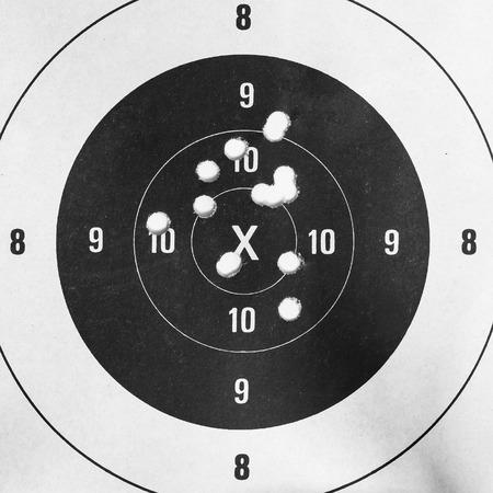 shooting target: Zwart-wit, Close-up van een doel schieten en bullseye met kogelgaten