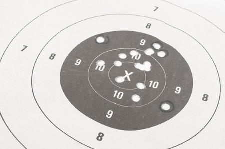 shooting target: Close-up van een schietwedstrijd en bullseye met kogelgaten Stockfoto