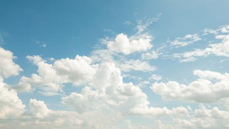 himmel mit wolken: Blauer Himmel mit Wolken und Sonne Reflexion in Wasser. Lizenzfreie Bilder