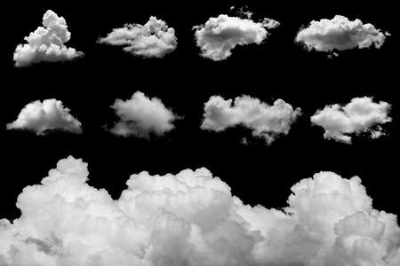 himmel mit wolken: Set getrennte Wolken auf schwarzem Hintergrund.