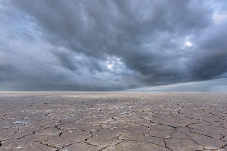 horizonte: nubes de tormenta y el suelo seco Foto de archivo