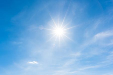 Zon, blauwe hemel