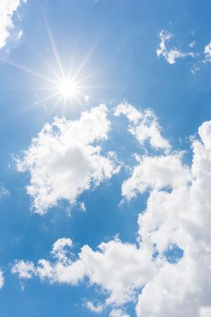 cielo con nubes: Sol, cielo azul Foto de archivo