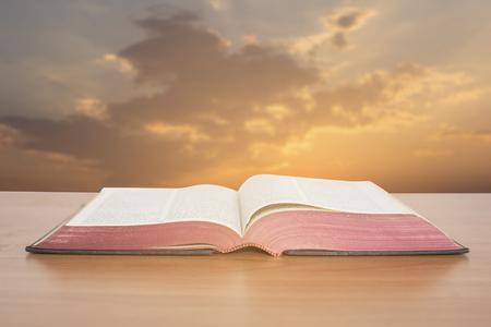 biblia: Biblia abierta con el cielo del atardecer