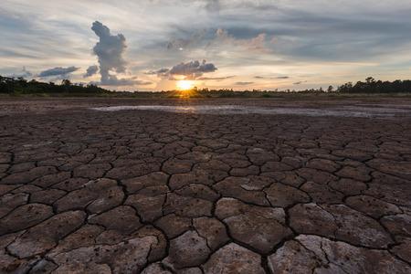 sequias: Sequ�a suelo agrietado paisaje puesta del sol