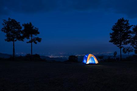 Verlichte Blue Camping tent at Night Stockfoto