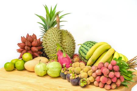 guayaba: frutas tailandesas frescas en el fondo blanco