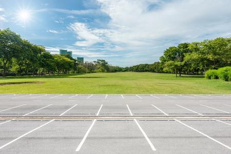 Leeg parkeerterrein tegen groen gazon in stadspark