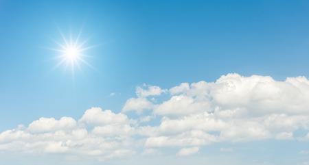 Blauer Himmel mit Wolken und Sonne Reflexion