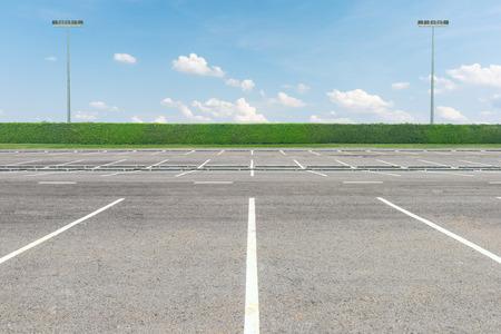 Lege parkeerplaats tegen een mooie blauwe hemel Stockfoto